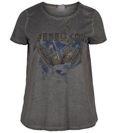 Tee-shirt imprimé grande taille Zizzi avec impression rock'n'roll sur le devant. A porter avec un jean au quotidien ou avec une jupe crayon pour un style décalé et branché. Dispo sur www.pampleon.com
