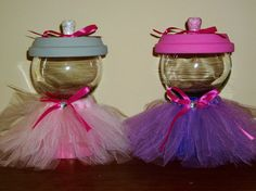 These Tutu wrapped faux gumball machines are EXCELLENT gift ideas for little girls! Jars are hand-painted and then wrapped with tulle and Clay Pot Projects, Clay Pot Crafts, Diy Clay, Flower Pot People, Clay Pot People, Candy Jars, Candy Dishes, Sparkly Wine Glasses, Cheap Christmas Crafts