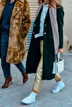 Foto de street style com maxi camadas e calça dourada