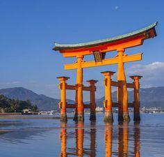 Si le majestueux portail de Miyajima semble flotter au large de la petite île d'Itsukushima au Japon, en réalité, ses pieds posés sur le sable se dévoilent à marée basse.