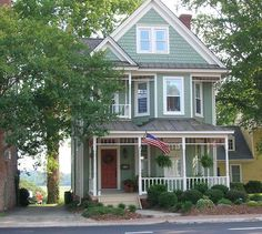 I would so move to Virginia if I could have this house.  Perfect. I SO agree. I would love to live in this cutie.
