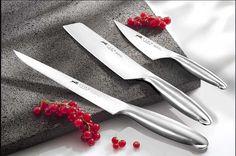 Coffret 2 couteau à steak Fuso Sabatier Lame acier inox, manche Inox, fabrication française. Un couteau parfait pour couper toutes les viandes cuites : Avec une lame lisse, il est idéal pour découper sans déchirer la viande. Avec une lame micro-dentée, il offre plaisir de coupe et entretien simplifié. Dessinés par Jean-Pierre Vitrac, les couteaux de la collection FUSO sont l'aboutissement d'une prouesse technique et artisanale qui n'oublie pas l'élégance et le confort d'utilisation.
