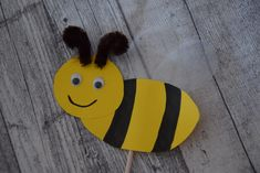 Bee Crafts For Kids, Diy And Crafts, School Picture Frames, School Pictures, Pin Collection, Tweety, Pikachu, Blog, Fictional Characters