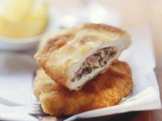 Münchner Schnitzel mit Füllung ist ein Rezept mit frischen Zutaten aus der Kategorie Schwein. Probieren Sie dieses und weitere Rezepte von EAT SMARTER!