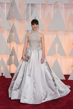 2015 Oscars Red Carpet - Felicity Jones in Alexander McQueen. First I thought that it was perfect, but then I started to realize that it has a lot of beautiful details, but together can be too much. The skirt is big, the details of the top are stunning, and the neck is high and striking. Without one of this things, the gown could have been great. Something to praise: the chosen color is strange, but it result to be one of the thing that makes bright the dress.