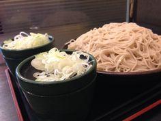 ゆで太郎の盛りそば特盛はツユがふたつ。