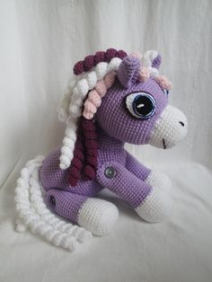 koník s barevnou hřívou ....pro milovníky koníků a jednorožců...... Koník háčkován ze 100% akrylové příze Lada luxus,plněn antialergickým dutým vláknem.Všechny 4 nohy má pohyblivé na knoflíkách.Hřívu má bohatou složenou zbarev fialová, růžová a bílá, tělo je světlounce fialové, kopýtka bílá..... Jednorožec je vyroben dle návodu Hermínka80. Výška i ...