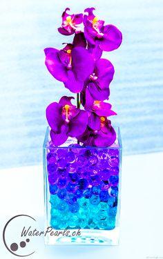 Violette und blaue Waterpearls mit einer schönen Orchidee kombiniert