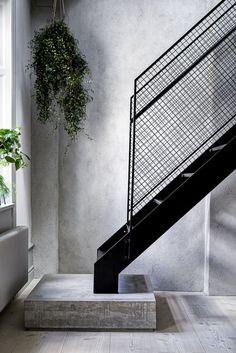 Dunkle Anthrazit dünne filigrane Stahl und Holz Treppe und ...