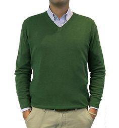 Jersey cuello pico en cashmere verde, perfecto para combinar con cualquier camisa.