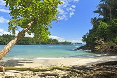 Esse destino da América Central é banhado pelo mar do Caribe e oferece aos turistas dias inesquecíveis. Cercada por vulcões, parques nacionais e animais selvagens, lagos de águas cristalinas e mar azul turquesa, a Costa Rica se encaixa nas suas expectativas econômicas. Separe os trajes de banho e aproveite as inúmeras cachoeiras, poços naturais, fontes termais e praias fantásticas. A moeda oficial é o Colón costa-riquenho que tem valor equivalente a US$ 0,002.