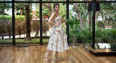 Barbara Migliori com vestido de comprimento mídi e estampa floral: boa investida para um casamento diruno (Foto: Pablo Escajedo)