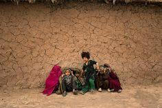 Niños paquistaníes de la tribu Mohmand se refugian por una tormenta de arena en las afueras de Islamabad.