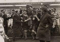 NVB-official Karel Lotsy door de spelers van het veld gedragen. Nederland - Ierland (5-2), gespeeld op 8 april 1934 in het Olympisch Stadion te Amsterdam.  Datum: 8 april 1934