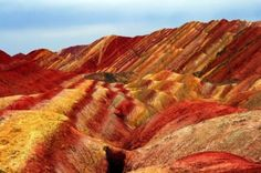 Danxia Shan is een berg in China met een geweldig gekleurd oppervlak. De verschillende lagen van de berg is een resultaat van meer dan 20 miljoen jaar sedimentatie. Meer prachtige beelden zijn hier te vinden en we kunnen alleen maar genieten van deze schoonheid.