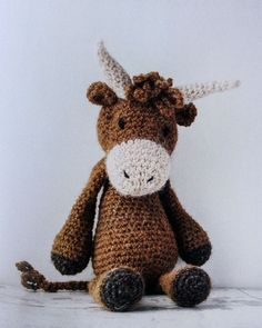 Over 40 soft and snuggly toy animal crochet patterns. These cute animals with larger-than-life personalities are made using simple crochet techniques and the step-by-step instructions enable a complet Crochet Cow, Crochet Teddy, Cute Crochet, Crochet Dolls, Simple Crochet, Yarn Animals, Knitted Animals, Edwards Menagerie, Little Cotton Rabbits