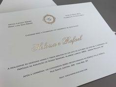 Convite personalizado, cartão branco escrito em dourado com relevo.