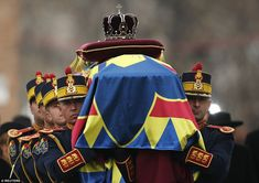Honor guard soldiers carry the coffin of the late Romanian King Michael during the funeral ceremony outside the former royal palace Michael I Of Romania, Von Hohenzollern, Funeral Ceremony, Honor Guard, Prince Charles, Respect, The Outsiders, Royalty, King