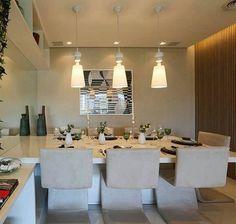 Sala de jantar l Destaque para a mesa acoplada ao aparador e cadeiras estofadas lindas {♡}! Projeto @chrissilveiraarquiteta e  @demian.golovaty #dinningroom #cool #saladejantar #decoracion #decorating #architecture #arquitetura #Instagram #goodnight #boanoitinha #homedecor #luxurylifestyle #designer #archlovers #instadesign #instagood #snap #selfie #influencer #arquiteta #arquitectura #blogfabiarquiteta #fabiarquiteta