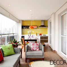 Localizado na Vila Mariana, São Paulo, apartamento de 205 m² apresenta décor em tonalidades neutras, como branco, preto e cinza, combinadas a cores e estampas marcantes.