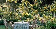 Während die Natur ihre Schönheit selbst bestimmt, benötigt der Garten von Zeit zu Zeit etwas Nachhilfe. Je pflegeleichter er angelegt ist, desto mehr Zeit bleibt für Träumereien im Grünen.