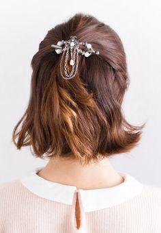 Arwen Flexi Clip ~ An elegant style with pearl and clear crystal stonesets, this unique lovely design can be worn when dressing up, or transforming a pair of jeans into a night out.