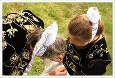 Broderies sur les costumes glazic