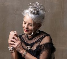 Long To Short Hair, Long Gray Hair, Hair Jazz, Grey Hair Styles For Women, Grey White Hair, Older Beauty, Beautiful Old Woman, Ageless Beauty, Messy Hairstyles