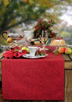 Auf zum Afternoon Tea! Den Tisch haben wir mit dem Tischläufer SECRET gedeckt. Bügelfrei, mit Fleckschutzausrüstung und in vielen Farben zu bestellen bei sander-tischwaesche.de