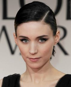 Rooney Mara with side-parting at the Annual Golden Globes. Stunning Makeup, Stunning Eyes, Rooney Mara Makeup, Wet Look Hair, Androgynous People, Everyday Make Up, Cute Makeup Looks, Slick Hairstyles, Nude Lip