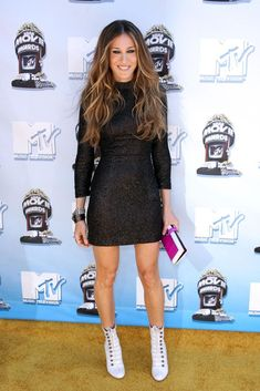 Love this LBD SJP is wearing! And the white boots are just amazing!