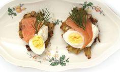 Knapperige aardappelkoekjes met zalm en zure room - Artikel - Femma