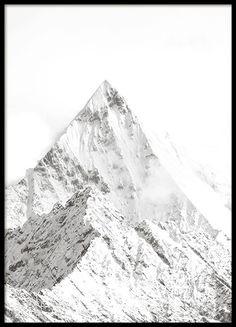 Poster mit schwarz-weißer Naturfotografie von schneebedeckten Bergen. Eine schöne Fotografie, die ausgezeichnet in eine moderne und elegante Einrichtung passt. In einem Rahmen kommt das Poster besonders gut zur Geltung. www.desenio.de
