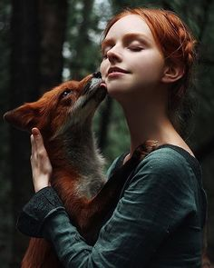 Photographer Creates Whimsical Portraits Of Redheads With Their Matching Animals - World's largest collection of cat memes and other animals Fantasy Photography, Beauty Photography, Animal Photography, Portrait Photography, Whimsical Photography, Foto Fashion, Fox Girl, Jolie Photo, Pose Reference