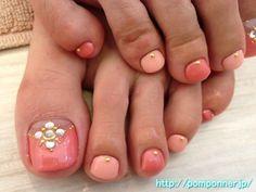 Foot nail shades of coral pink    コーラルピンクの濃淡のフットネイル