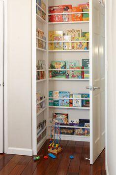 Conservare i libri in scaffali installati dietro la porta.