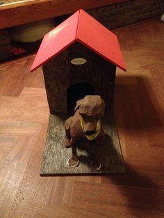 Surprise hond bewaakt hok met cadeautjes