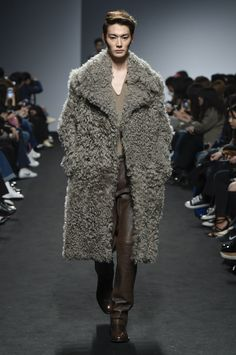 Kim Seo Ryong Seoul Fall 2016 Fashion Show Fall Fashion 2016, Winter Fashion, Fashion Show, Fashion Trends, Cold Wear, Leather Fashion, Mens Fashion, Man About Town, Dapper Men