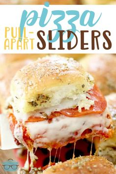 Pizza Pull Apart Sliders Pizza Pull Apart Sliders - Remix pizza night by serving pizza sliders instead! Pizza Pull Apart Sliders are stuffed with cheese, pepperoni, sausage. Top with a savory buttery spread! Pizza Slider, Slider Sandwiches, Hawaiian Rolls, Hawaiian Bread Sliders, Catering, Slider Recipes, Food Porn, Country Cooking, Football Food