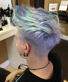 Beliebte Frisuren Holographic hair - the hottest new hair color trend color trend Pixie Hairstyles, Pretty Hairstyles, Pixie Haircut, Hairstyle Short, Medium Hairstyles, Hairstyles Haircuts, Short Funky Hairstyles, Latest Hairstyles, Summer Hairstyles