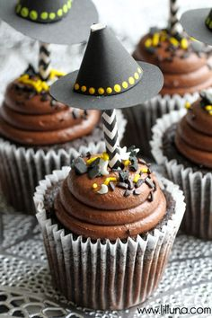 Super CUTE Witch Hat Cupcake Toppers - tutorial on { lilluna.com }