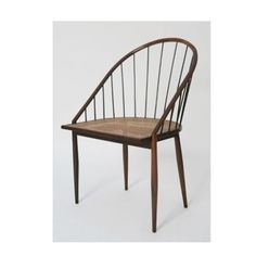 1960 - Joaquim Tenreiro (1906-1992) foi um dos principais designers brasileiros do século passado. Fez experimentações e trabalhou basicamente com madeira. A cadeira curva com varetas tem desenho inovador e é leve e fluida