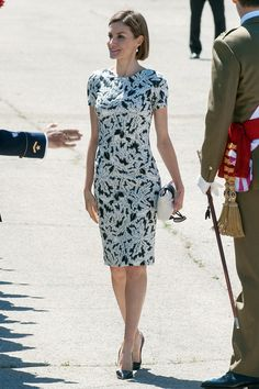 Queen Letizia of Spain attend the new royal guards flag ceremony on. Queen Letizia of Spain attend the new royal guards flag ceremony on May 2015 in Madrid, Spain. Royal Dresses, Nice Dresses, Dresses For Work, Princess Letizia, Queen Letizia, Modest Summer Outfits, Cool Outfits, Work Fashion, Fashion Outfits