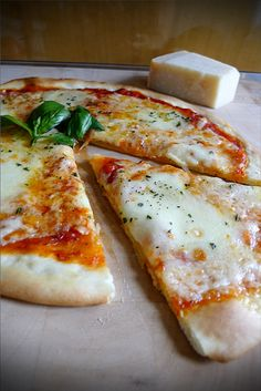 Pizza napoletana or Neapolitan pizza is the original version of the Italian pizza. Tomate Mozzarella, Pizza Recipes, Cooking Recipes, Healthy Recipes, Healthy Pizza, Paleo Food, Healthy Food, Pizza Burgers, Salads