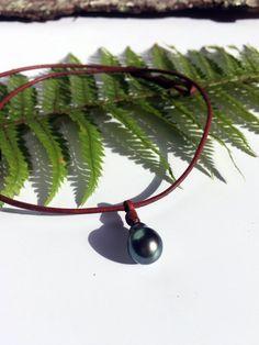 Collier deux perles de Tahiti sur cuir marron. par PerlaMundi