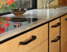 Schwarze Griffe und betont schwarze Kanten - Küche mit der Arbeitsplatte aus Dierfurter Kalkstein und Fronten aus Birke. Design, Home, Decorating Kitchen, Birch, Counter Top, Ad Home, Homes, Design Comics, House
