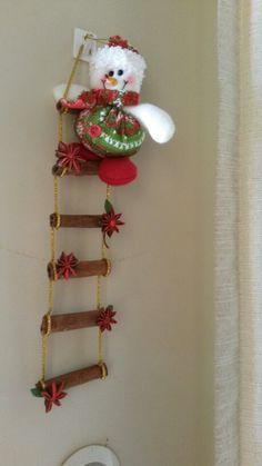 Escalera navideña facil y sencilla de hacer además aromatica con canela y anís de estrellas solo compre el muñeco y el hilo dorado lindo no? Christmas Crafts, Christmas Decorations, Xmas, Christmas Tree, Christmas Ornaments, Margarita, Ladder Decor, Snowman, Diy And Crafts