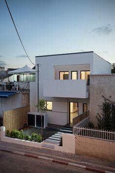 חלונות הקומה העליונה מוסתרים מעיני העוברים והשבים בגובה הרחוב ( צילום: טל ניסים )