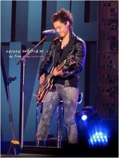 Kim Hyun Joong 김현중 ♡ playing guitar ♡ music ♡ long hair ♡ Kpop ♡ Kdrama ♡ (。・ω・。)♡