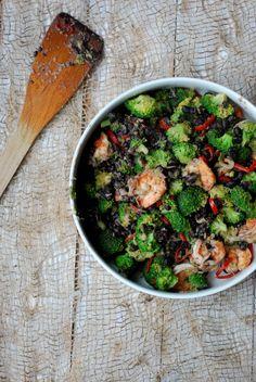 roerbak van broccoli, zwarte bonen en scampi's